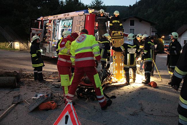 Versorgung eines medizinischen Notfalls bei einer Übung mit der Feuerwehr