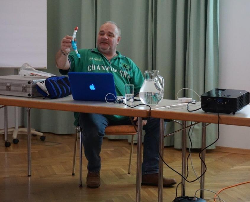 Adolf Rafetzeder präsentiert den Sanis das Objekt, um den sich der Fortbildungskurs dreht - den Larynxtubus.