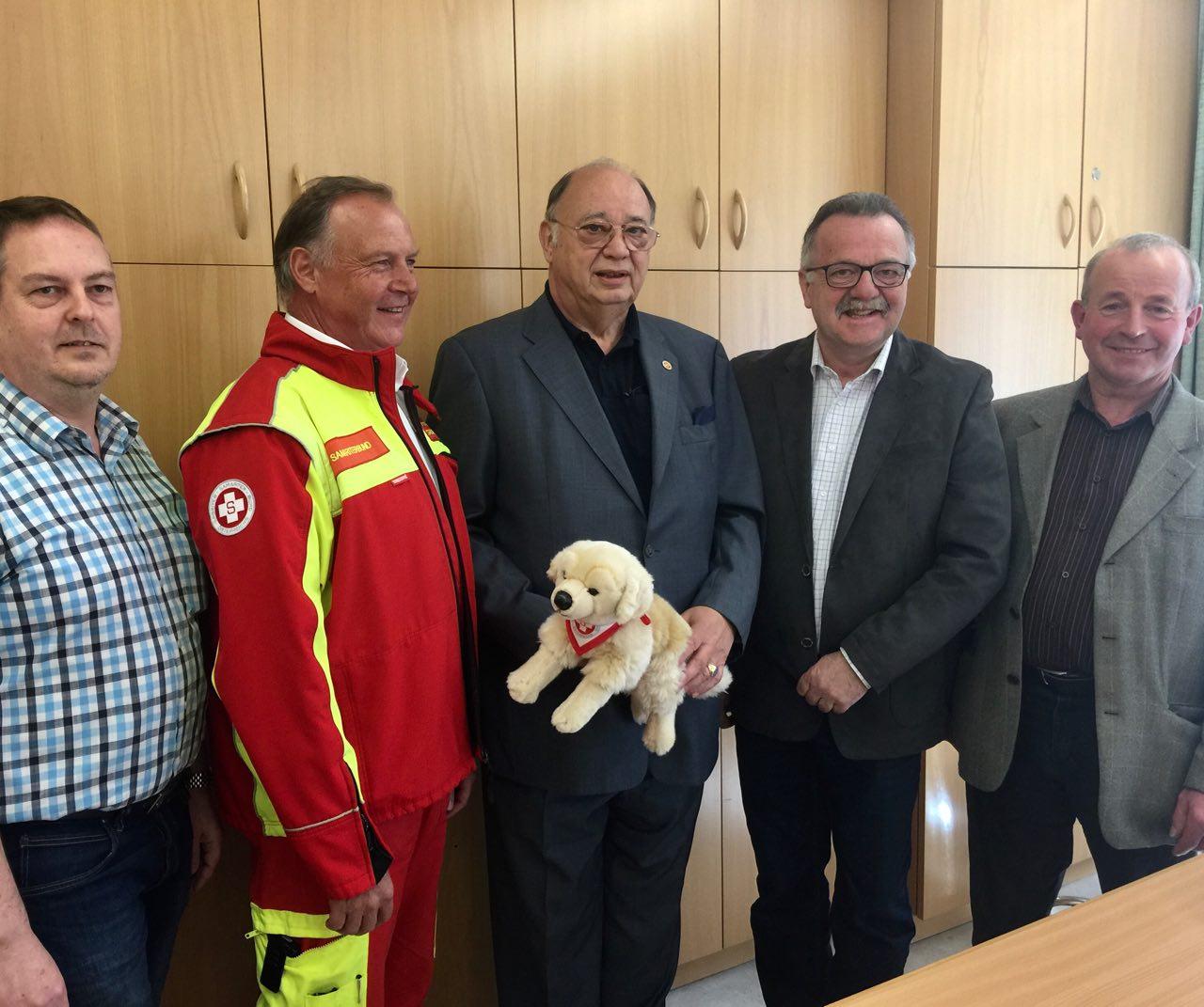 Otto Pendl (Mitte) mit der Frankenfelser Gemeindevertretung sowie TL Josef Kugler